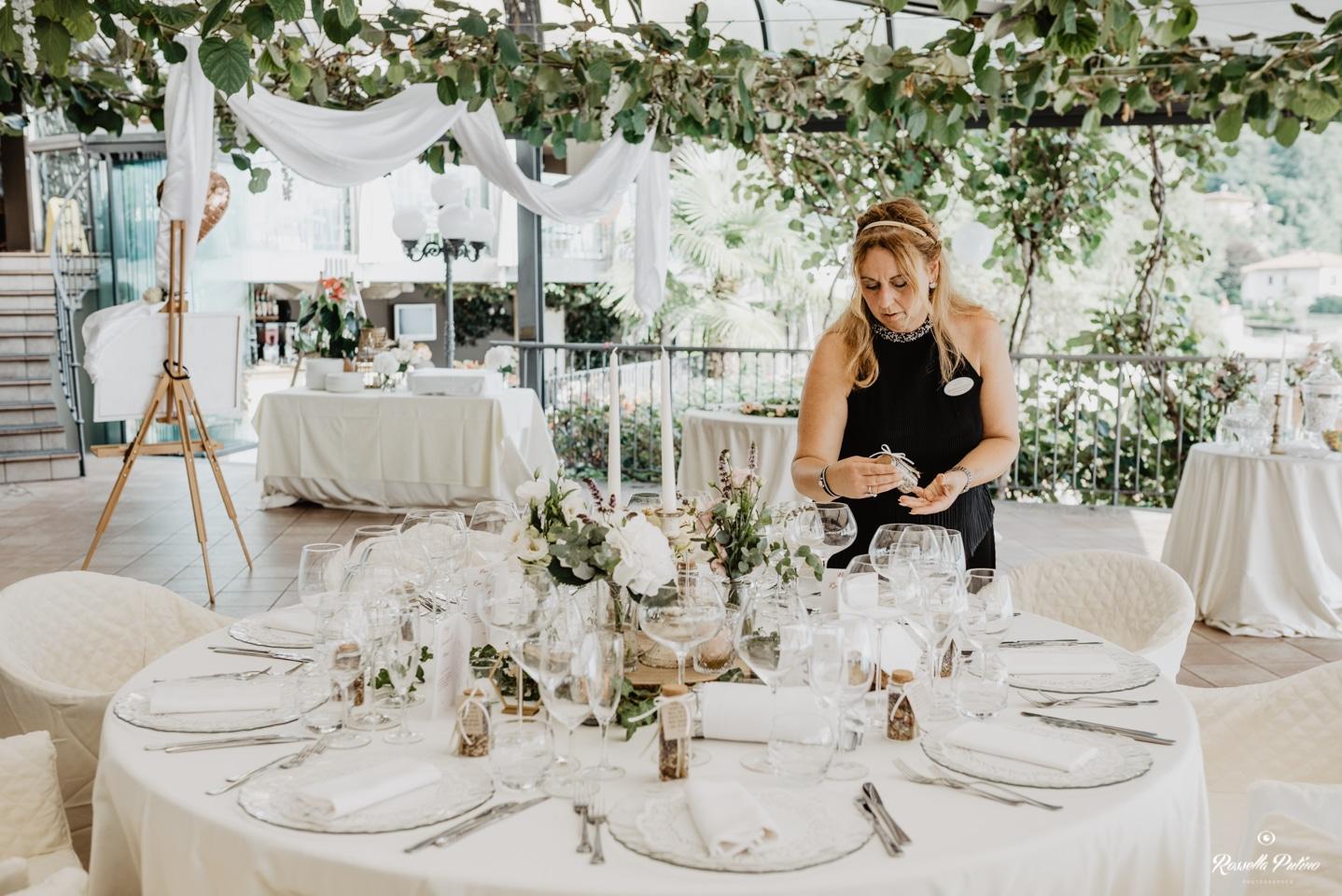 Cornelia Fuchs steht an der Hochzeitsfeier am Tisch.